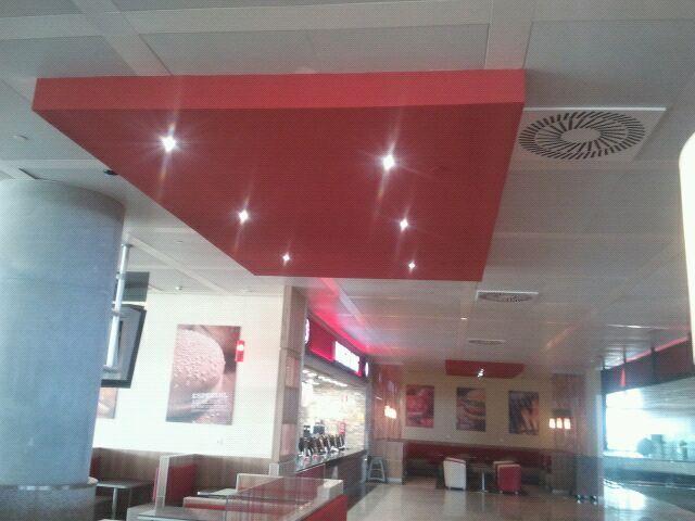 Detalle de la iluminación led en el restaurante Burger King del Aeropuerto de Málaga, zona comedor.