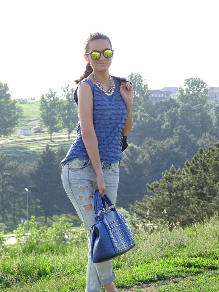 Mirrored sunglasses, casual afternoon outfit
