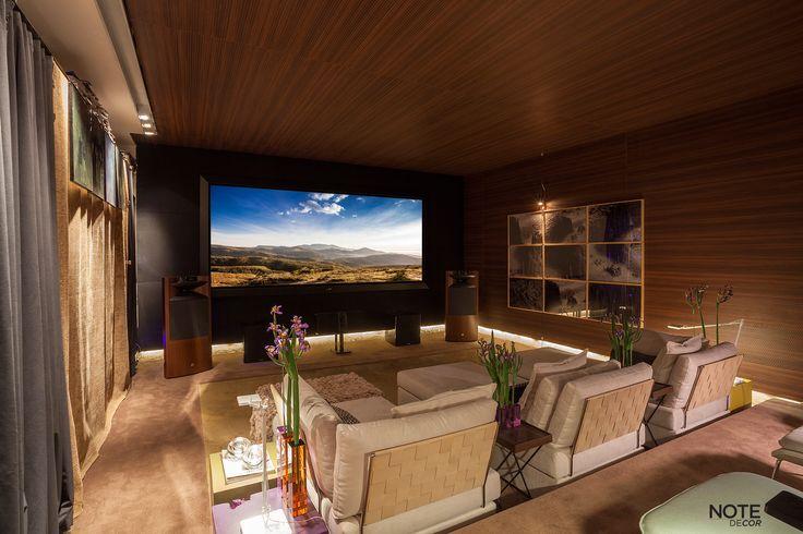 """Ambientes que até então eram conhecidos por """"sala de Estar"""" ou """"Living"""" transformaram-se num conceito contemporâneo de ver TV, projetados por arquitetos e designers que criam o belo aliado á sofisticação e ao prazer."""