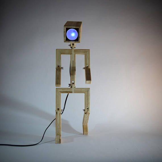 Kaufen Sie diese billiger Lampe im Webshop: https://luneetanimo.com Original Designleuchte aus recycelten Eichenholz geformt Schneemann. Die Jaffu-Lampe ist klappbar und solch einem Charakter, es kann mehrere Positionen. Mit einer LED-Farbe und abgelegenen Ort verkauft. Jedes Projekt ist einzigartig und die Abmessungen/Ausführungen können leicht variieren, entsprechend den Aufträgen. Maße: 56 cm x 15 cm Lampentyp: 4W LED-spot GU10 Farbe