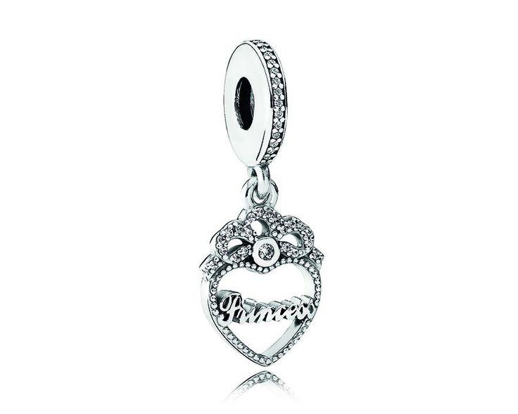 Pandora Hangbedel zilver ´Princess Heart' 791962CZ. Leuke zilveren hangbedel uit de Pandora bedelcollectie. Elegant vormgegeven hangbedel in de vorm van een Hartje. Bovenop het hartje staat een kroontje met daarin een zirconiasteentje verwerkt. In het Hart staat gedetailleerd 'Princess'. Mooie bedel om cadeau te doen. https://www.timefortrends.nl/sieraden/pandora/bedels.html