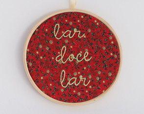 Lar, doce lar Quadro bordado à mão e, tecido estampado floral de fundo vermelho, emoldurado no bastidor de 14cm de diâmetro.