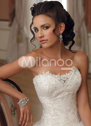 love the lace on this wedding dress