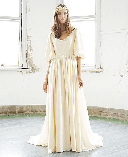胸元にはアンティークの金糸を取り入れた刺繍が施されており、バックスタイルのスカート部分は8段からなるフリルでボリュームをつけたゴージャスなスタイルです。存在感のあるボリューミーな袖がとてもかわいいヨーロッパの中世を思い起こすデザインで、クラシカルなドレスです。  【素材】オーガニックコットン100% 【モデル】Anya  T169 B80 W58 H86  ※ご注文をいただいてからお作りするオーダーメイドのウエディングドレスです。 ご注文をいただきましてから、ご希望の仕様・サイズなどをメール(ご希望の場合はTEL)で細かく確認させていただきます。 詳細が決定し制作をスタートしてから、1ヵ月半~2ヵ月でお作りしてお届けいたします。 クレジットカード決済以外のお支払いをご希望のお客様には前金として商品代金の40%を金融機関にお振込みをお願いしておりますので、宜しくお願いいたします。  オーダーをいただいてからのキャンセルはできませんのでご注意ください。