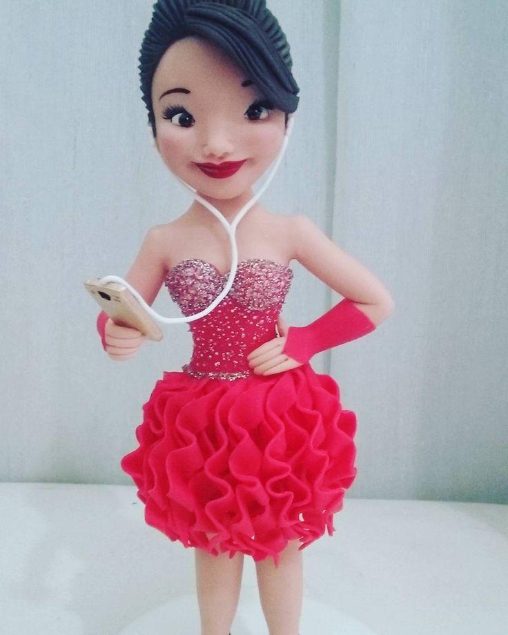 "(@raquelvieiragarcia) no Instagram: ""Topo de bolo personalizado.  #topo15anos #boneca personalizada"""