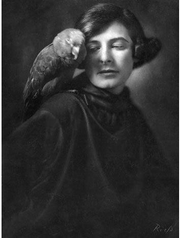 1922 - Selbstporträt, 1922; beide © ullstein bild.