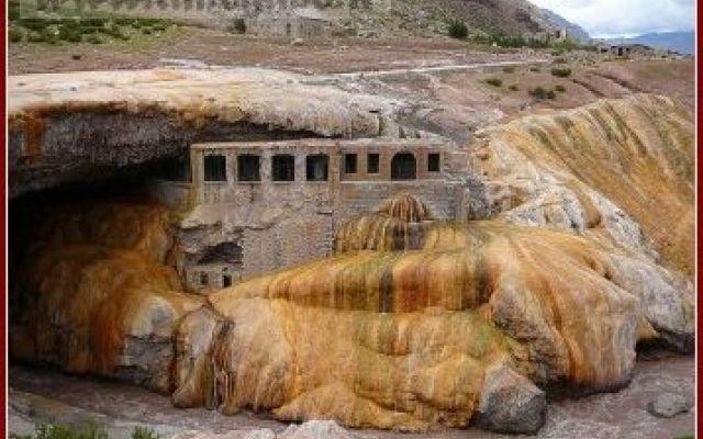 """Il """"Puente del Inca"""" e la sua leggenda La leggenda narra che molto temo fa, l'erede al trono dell'Impero Inca, lottava tra la vita e la morte, vittima di una malattia strana e misteriosa. Sono stati chiamati i più grandi studiosi del regn #ande #leggenda #puentedelinca"""