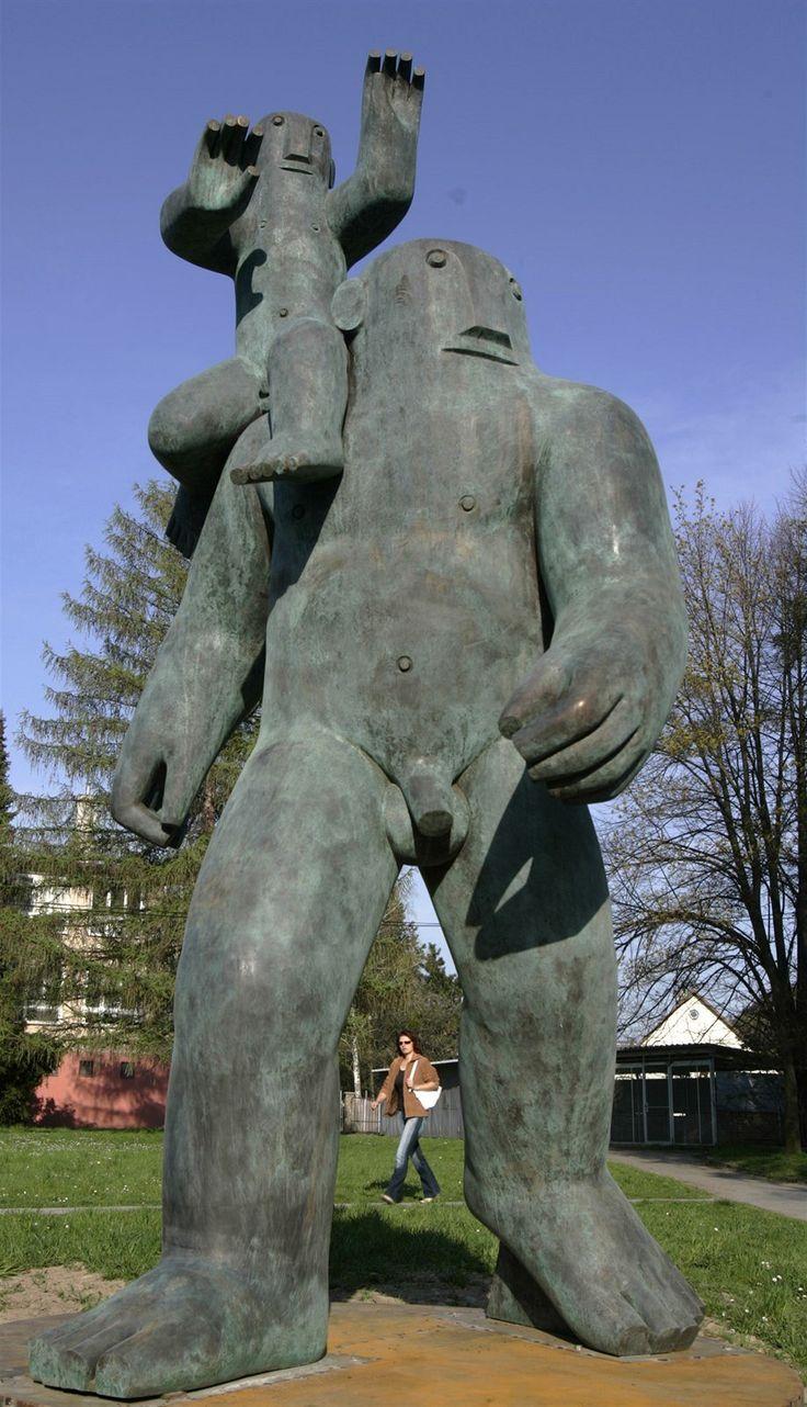 Marius Kotrba – Svatý Kryštof. Patron cestovatelů s malým Ježíškem na ramenou schází k obchvatu Olomouce.