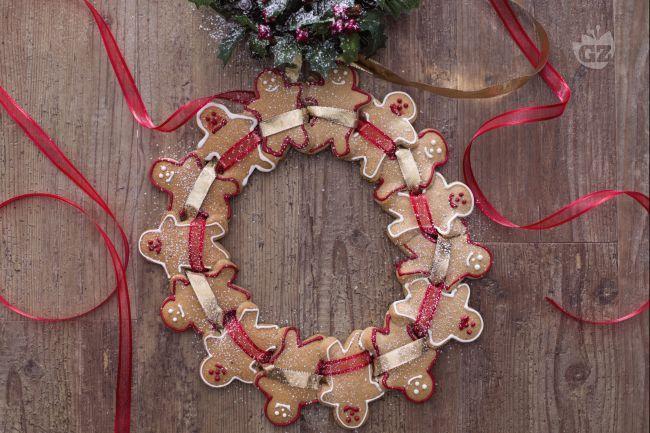 La corona di pan di zenzero è una ghirlanda natalizia con tanti golosi biscottini tradizionali al pan di zenzero, friabili e aromatici.