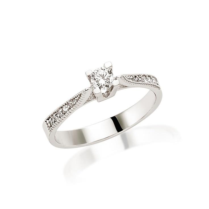 Inelul de logodna LRY175 este special prin efectul dat de modul in care sunt dispuse diamantele in jurul pietrei centrale. Pretul acestui inel din aur de 18K si diamante de 0.33 carate este de 4032 lei. Detalii aici http://www.bijuteriilarosa.ro/inel-logodna-lry175