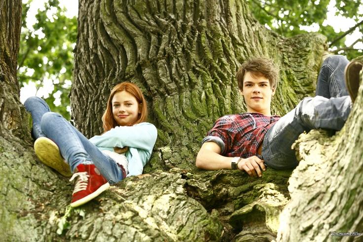 Sam (Marvin Linke) und Mika (Hannah Binke) sitzen im Baum und beobachten Ostwind