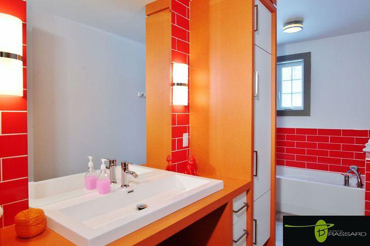 Voici des concepts uniques comme vous!! Salle de bain au décor rouge orangé.