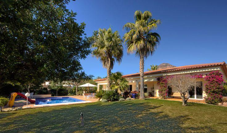 Villa Xenofilia IV - luxe #vakantievilla in #Javea  met #verwarmd_zwembad, 4 slaapkamers en 2 badkamers op een groot perceel met ruime terrassen aan de Costa Blanca in #Spanje.