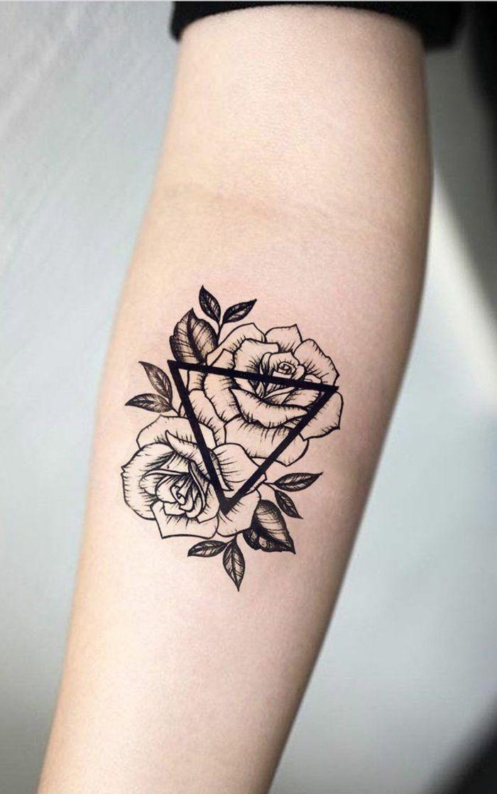 diseños de tatuajes simbolicos con triángulos y flores, tatuaje con mensaje ta…