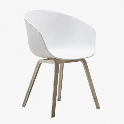"""""""Hay - Hee Welling About a Chair er en kolleksjon stoler i samarbeid med designer Hee Welling og Hay. Stolene finnes i et utall skjell, rammer og farger. Ideen bak About A Chair har vært å lage en stol med iøyenfallende enkelthet. En stol som passer like godt rundt spisebordet, rundt et konferansebord, i en kantine som på hjemmekontoret. Målet til designer Hee Welling har vært å kombinere form,..."""