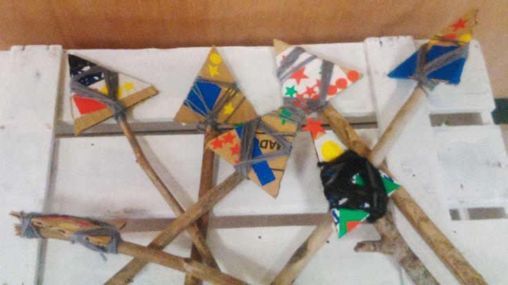 Llances: cartró i pal (que els nens van buscar pel parc), lligat amb cordill (decorat amb gomets de colors)!