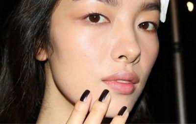 Contouren met make-up kent tegenwoordig geen geheimen meer, maar nu kan je het ook doen met nagellak om korte nagels optisch te verlengen. De Amerikaanse o...