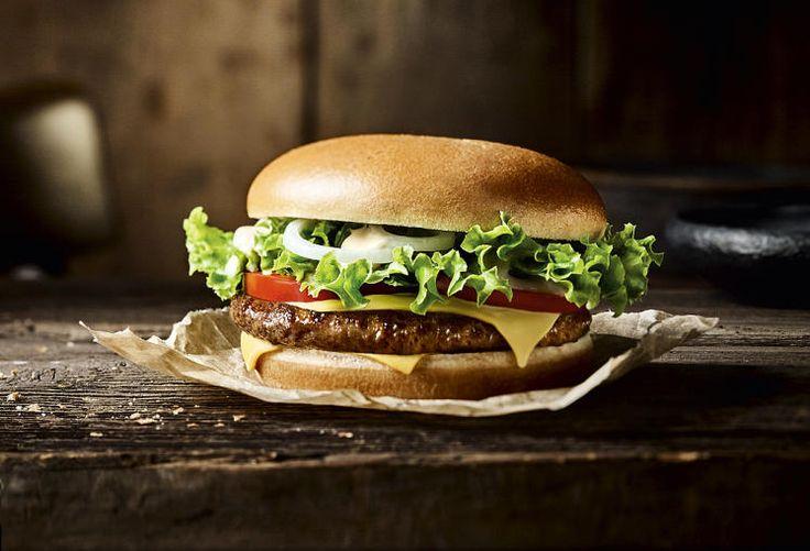 Zum Selberbauen: Bis Ende 2016 sollen alle rund 200 österreichischen McDonalds-Filialen umgebaut werden. Dann heißt wie in bereits 22 Filialen: Nummer ziehen und Burger selber bauen. Auf der einen Seite wird bestellt und bezahlt, auf der anderen mit Rechnung und Nummer das Menü abgeholt. Mehr Bilder des Tages auf: http://www.nachrichten.at/nachrichten/bilder_des_tages/ (Bild: McDonald's Österreich)