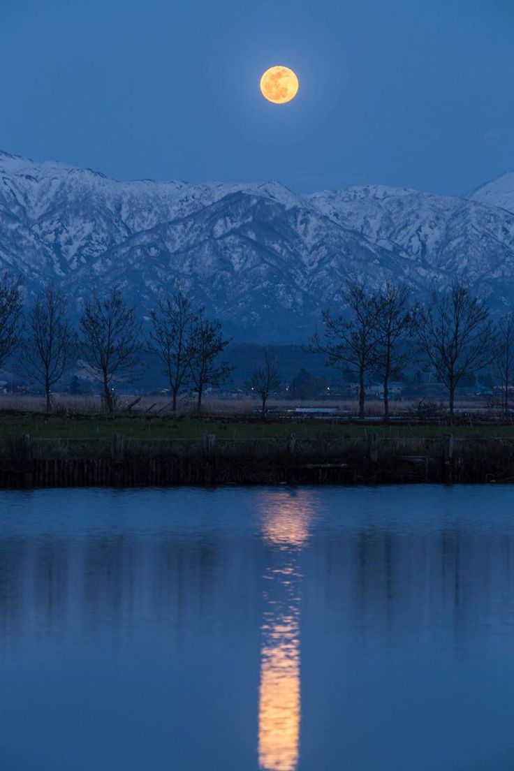 Moon over Mt. Ninouji, Niigata, Japan | Miyoko Nakano 二王子岳から昇る満月