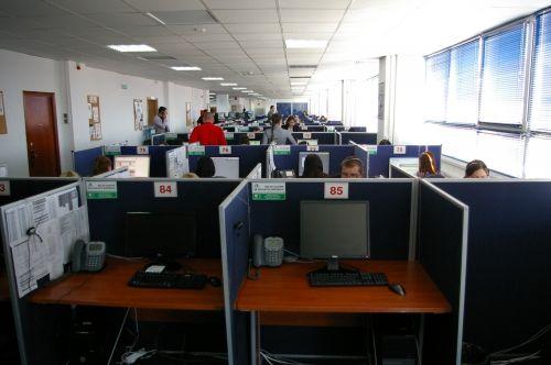 La recuperator acasă. Zilnic se sună 18.000 de datornici şi pleacă 30.000 de scrisori REPORTAJ | Economica.net | Romania TV