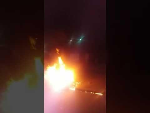 Empresarios y maestros queman auto frente a Sefiplan para exigir pagos (Video) - http://www.esnoticiaveracruz.com/empresarios-y-maestros-queman-auto-frente-a-sefiplan-para-exigir-pagos-video/