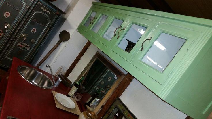 Cucina coloniale con pensile in legno massello e bancone trasformato in cucina. Guarda la galleria http://www.orissa.it/gallerie/cucine-su-misura.html
