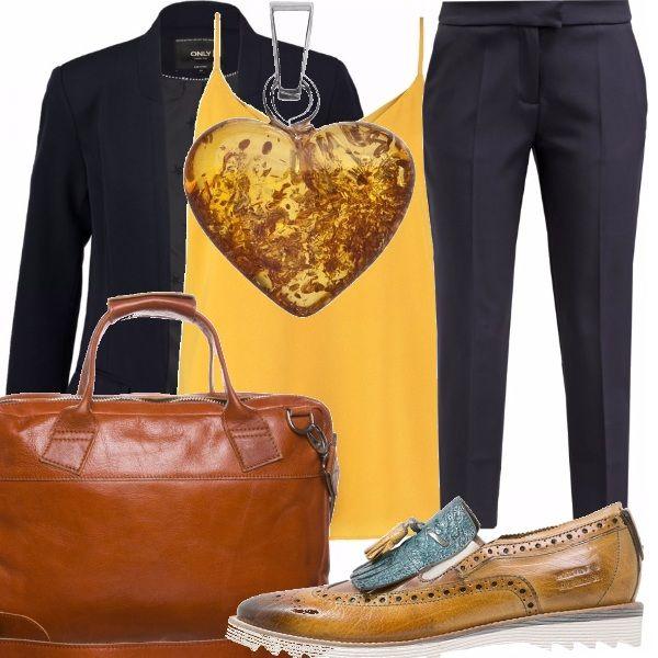Per chi si sposta in continuazione per lavoro, un outfit comodo per portare con se il necessario. La borsa porta pc in pelle, le scarpe basse di taglio quasi maschile si abbinano ad un paio di pantaloni al polpaccio e una giacca rigorosamente blu. Un tocco di sole con il top in seta e il ciondolo in ambra a forma di cuore.