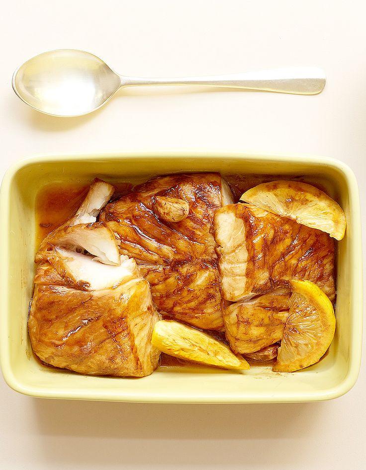 Recette Mérou au four : Faites macérer 1 h 500 g de mérou (ou autre poisson blanc) en pavés dans 1 dl de sauce soja, 5 cl de vinaigre de riz, 1 citron en qu...