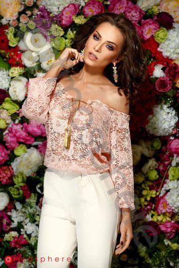 Bluza model ie dantela roze este o bluza transparenta, sexy ce iti pune in evidenta frumusetea.Bluza se poarta lasata pe umeri, are elastic sus si la mansete iar in dreptul sanilor se leaga cu doi ciucuri aurii. Bluza este ideala pentru iesirile in club unde doresti sa fii in atentia celor din jur iar dantela ii ofera ii eleganta.  Material: 95% poliester 5% elastan