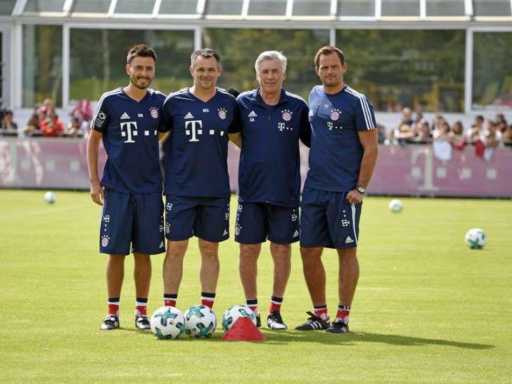 Neues Trainer-Team beim FC Bayern: Die Co-Trainer Davide Ancelotti und Willy Sagnol, Coach Carlo Ancelotti und Torwarttrainer Toni Tapalovic.