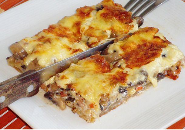 Πεντανόστιμη ζουμερή και φανταστική Μανιταρόπιτα θα ξετρελαθουν ολοι μόλις την δοκιμα σουν Μανιταρόπιτα ζουμερή και φανταστική! Υλικά 1 φύλλο σφολιάτας 600 γρ. Μανιτάρια 150 γρ. Μπέικον 250 γρ. Σκληρό τυρί 250 ml. Κρέμα γάλακτος 1 ζωμό λαχανικών Αλάτι, πιπέρι Εκτέλεση Κόβετε το μπέικον σε κύβους και το τσιγαρίζετε. Προσθέτετε τα μανιτάρια, το ζωμό, πιπέρι, λίγο …
