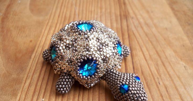 een ontwerp van cordi en jenny.   gemaakt van rivolis,delicas 11/0 en rocailles 15/0.  gemaakt voor een vriendin!