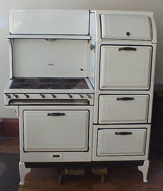 Now here's the kind of stove to cook Thanksgiving dinner on! I love these old stoves.