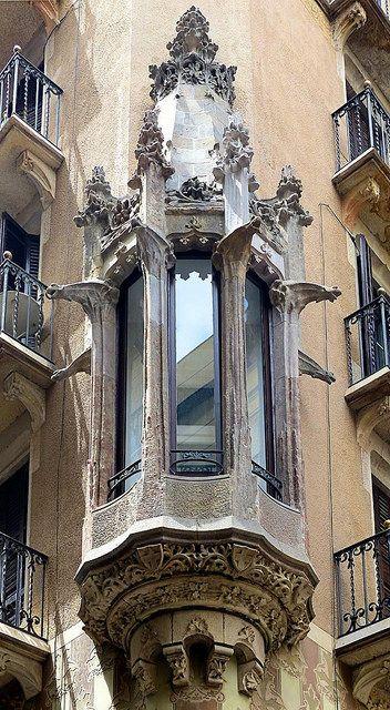 Barcelona - Pl. Olles Casa Pompeu Sans (Arch. Enric Sagnieri Villavecchia)  Catalonia