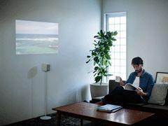 テーブルや床もディスプレイに ソニー、家庭用超単焦点プロジェクター 壁とくっつけた状態で投射OK - ITmedia ニュース