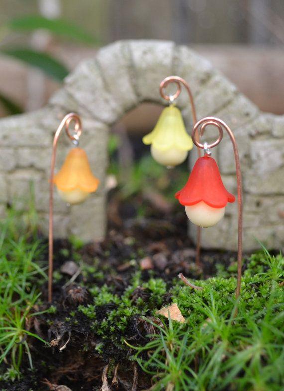 Lámparas de poca Wee para su jardín de hadas.  Hecho con brillo en la gorra de arcilla y flor. Aproximadamente 10cm de altura  Las lámparas tendrán que ser cargado por una luz fuerte (antorcha es buena) para hacerlos brillar intensamente brillantemente.  Conjunto de seis lámparas. Por favor, elija;  Rojo, amarillo, naranja, azul, blanco, color de rosa... o deja un mensaje para una mezcla  Fácilmente puedo añadir estos a cualquier Kit de jardín de hadas en mi tienda.  Con un perno de cabeza…