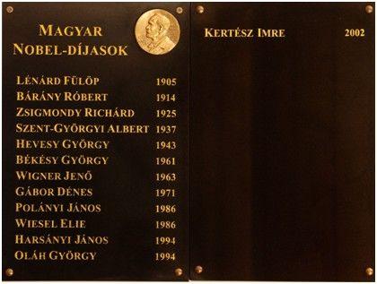 MAGYAR NOBEL-DÍJASOK emléktáblája Fekete márvány, aranyszínű fém plakettel.