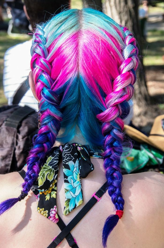 Haare in vier Farben mit zwei seitlichen holländischen Zöpfen, zwei holländische Seitenzöpfe, Frisur mit Scheitel in der Mitte, Haare mit einem roten und einem schwarzen Band flechten, schwarte Bluse mit Blumenprint, Brusthalter mit gekreuzten Trägern