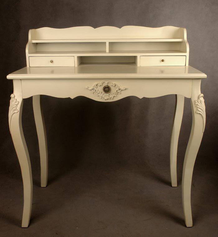 Stylowe i eleganckie biurko z kolekcji rokoko idealnie nadaje się do ozdoby sypialni, gabinetu czy salonu. Wykonane współcześnie, według XVIII-wiecznego wzorca. Solidne i wytrzymałe, wykonane z dobrego gatunku drewna. Zachwyca przede wszystkim jego niezwykłe wykończenie. Biurko pomalowane na jasny kolor, który dodaje mu lekkości i romantycznego charakteru. Celowo postarzane, powierzchnia jest lekko poprzecierana. Bardzo pięknie wykończone. Delikatne zdobione są ranty, a motywami roślinnymi…