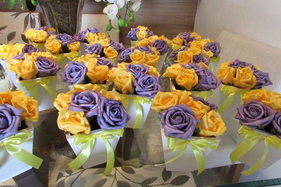 Valor unitário de cada vaso branco MDF com 6 rosas nas cores roxo e Marelo e fita amarela- cor da fita e flores voce escolhe    Pedido minimo 10 unidades - valor unitário R$ 17,90    Lindo vaso branco em MDF mede 11x11 altura total com as rosas 16 cm.    Sortidos, pois são disponíveis em várias cores como: pink,amarelo,branco puro,champagne,lilás,rosa bebe,roxo,vermelho! Voce decide cor da fita e flores, quando fizer sei pedido por gentileza informe cor da fita+flores.    Quer deixar sua ...