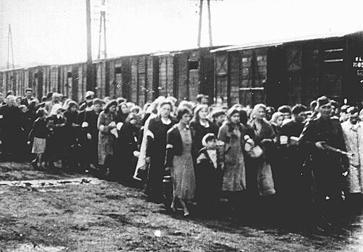 AUG 4 1942 Waiting for the end in the Warsaw ghetto - See more at: http://ww2today.com/4th-august-1942-waiting-for-the-end-in-the-warsaw-ghetto#sthash.UKbW7w4h.dpuf Warsaw ghetto deportations