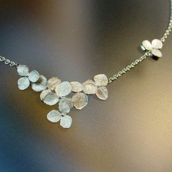 Flor de collar Hortensia racimo collar por PatrickIrlaJewelry