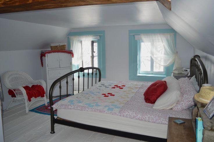 Une Chambre Sous Les Toits Aux Planchers Peints En Blanc