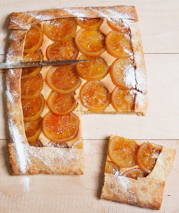 1 φύλλο ζύμη κουρού  Γέμιση  250 γρ. αμύγδαλα λευκά, αλεσμένα στο μούλτι σε σκόνη 200 γρ. ζάχαρη άχνη ξύσμα από ½ πορτοκάλι (ακέρωτο) 3 αυγά 30 γρ. λικέρ πορτοκαλιού (ή Cointreau ή Grand Marnier)  Πορτοκάλια γλασέ  2 πορτοκάλια, χωρίς κουκούτσια και σφιχτά 600 γρ. ζάχαρη 300 γρ. νερό
