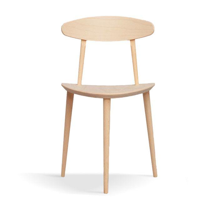 J107 Chair från HAY är en trebent pinnstol med ett klassiskt formspråk, ursprungligen formgiven för FDB av Poul M Volther. Pinnstolen är tillverkad helt i bok och kan köpas med en såpad ytbehandling alternativt lackerad i vit eller svart färg. Inte helt ovanligt för möbler från FDB är den totala avsaknaden av onödiga detaljer, och J107 Chair är inget undantag. Med sina tre ben och öppna formspråk ger den ifrån sig en väldigt lätt känsla och känns inte det minsta otymplig.