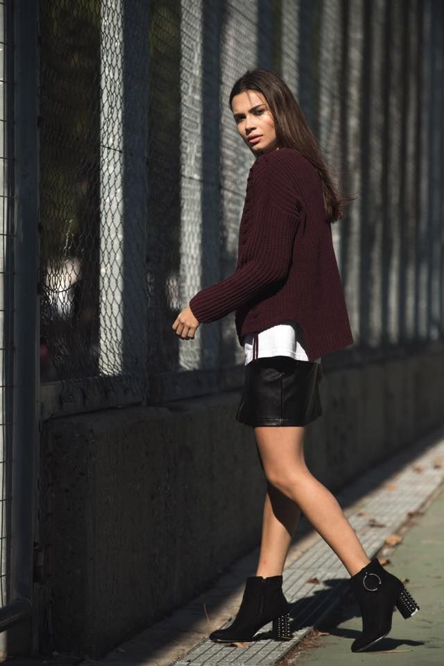 Knitted chenille blouse with  cable-knit and lace front. Round neck and long sleeves. 100% Polyester. https://www.modaboom.com/plekti-senil-mplouza-mpornto.html