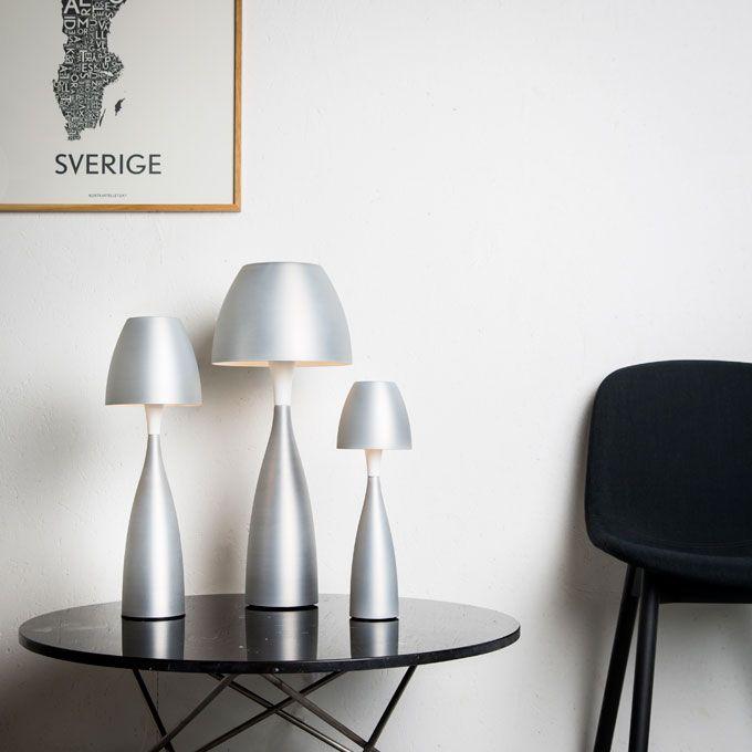 Bordlampan Anemon från Belid är en vacker lampa som ger en vacker ljusbild. Finns i flera färger.