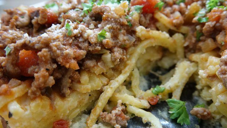 Hvis du er kørt lidt død i spaghetti med kødsovs, burde du prøve kræfter med denne her lækre tærte i stedet. Den vil helt sikkert imponere på middagsbordet. Du skal bruge: 150 g. kogt spaghetti 1 dl. parmesan 2 æg 2 spsk. olivenolie 400 g. oksekød 2-3 dl. pastasauce 1 hakket løg 2-3 hvidløg Salt …