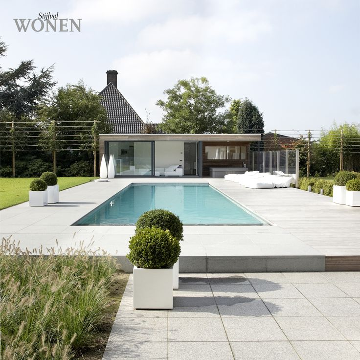Stijlvol Wonen: het magazine voor warm-hedendaags wonen - ontwerp: Minimal Gardening - fotografie: Sarah Van Hove, Dorien Ceulemans, Jonah Samyn #outdoor #terras #zwembad #poolhouse #hout #buxus #potten #tuinset