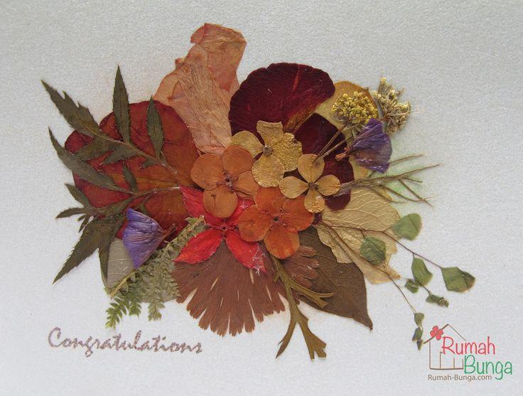 Rangkaian bunga kering di atas kartu kecil berukuran 7 x 10 cm - www.rumah-bunga.com